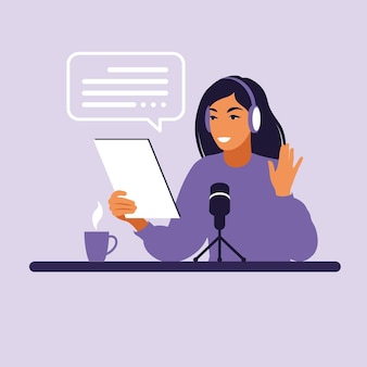 Женский подкастер разговаривает с микрофоном, записывая подкаст в студии