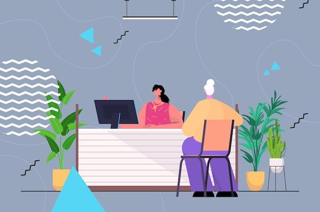 Женщина в приемной, консультирующая старшая женщина на стойке регистрации, концепция обслуживания клиентов, горизонтальная полная длина, векторная иллюстрация