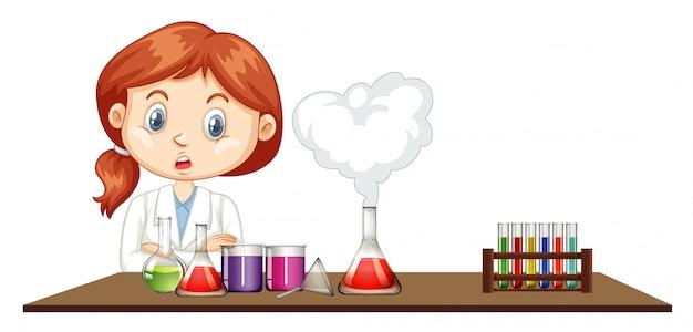Женщина ученый работает в лаборатории
