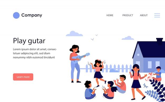 外で遊ぶ子供たちにギターを弾く女教師。ウェブサイトテンプレートまたはランディングページ