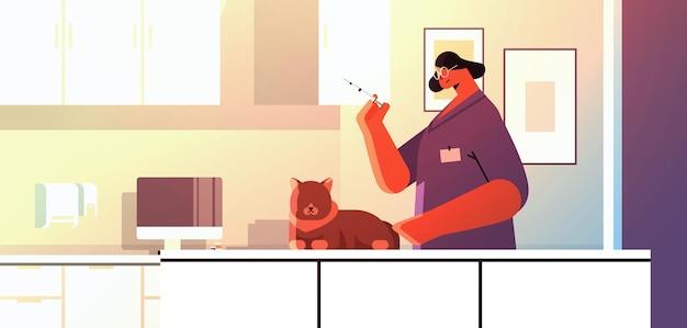 수의사 클리닉 애완 동물 예방 접종 개념 수평 초상화 벡터 일러스트 레이 션에서 고양이에게 백신을 제공하는 여성 수의사
