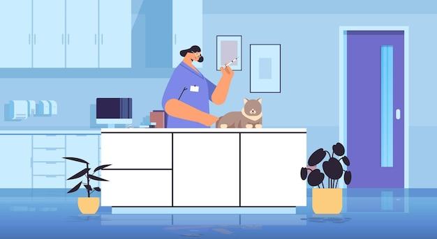 수의사 클리닉 애완 동물 예방 접종 개념 수평에서 고양이에게 백신을 제공하는 여성 수의사