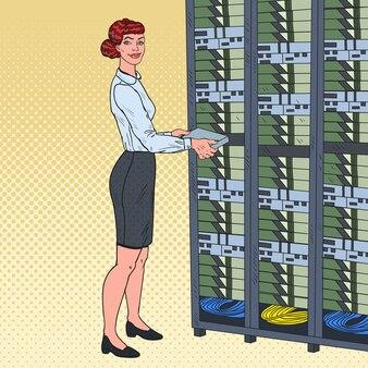 하드웨어 데이터 센터에서 일하는 여성