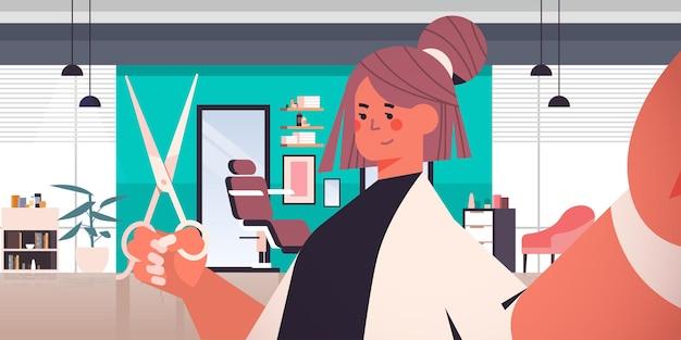 Женский парикмахер с ножницами, делающий селфи на камеру смартфона, девушка, делающая селфи, салон красоты, интерьер, горизонтальный портрет, векторная иллюстрация