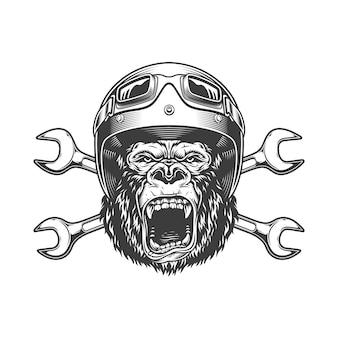 Свирепая голова гориллы в мото шлеме