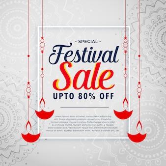 Diwali diyaをぶら下げた祭り販売の背景