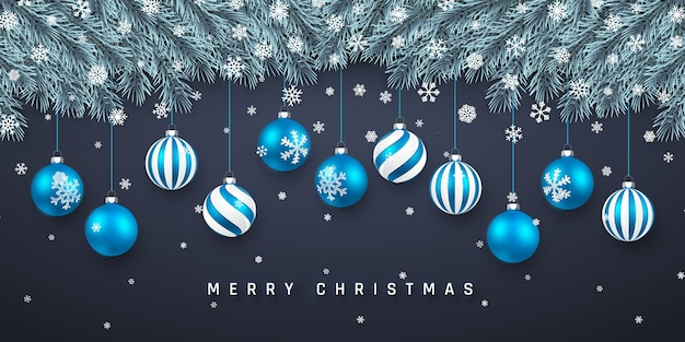 Праздничный фон рождество или новый год. рождественские еловые ветки с конфетти и синими шарами xmas. фон праздника.