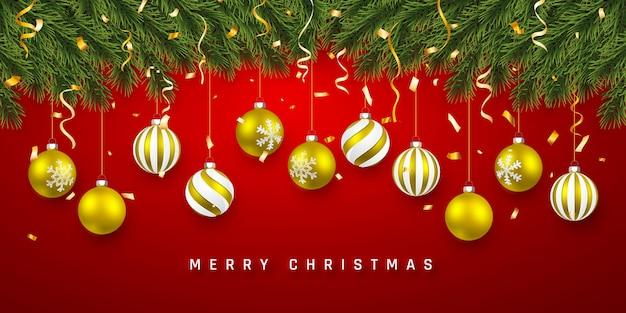 Праздничный фон рождество или новый год. рождественские еловые ветки с конфетти и рождественскими золотыми шарами. фон праздника.