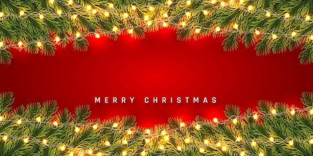 축제 크리스마스 또는 새 해 배경. 가벼운 갈 랜드와 함께 크리스마스 전나무 나무 가지. 휴일의 배경.