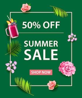 Пятьдесят процентов летний магазин продаж теперь надпись. фруктовый напиток, цветы и пальмовые листья