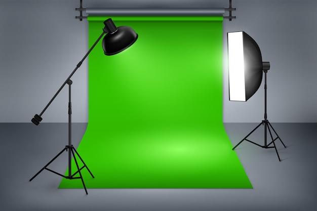 映画または写真スタジオの緑色の画面。機器、写真、フラッシュスポットライトを備えたインテリア。