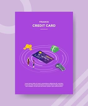 Finanza persone con carte di credito in piedi intorno ai soldi della carta di credito