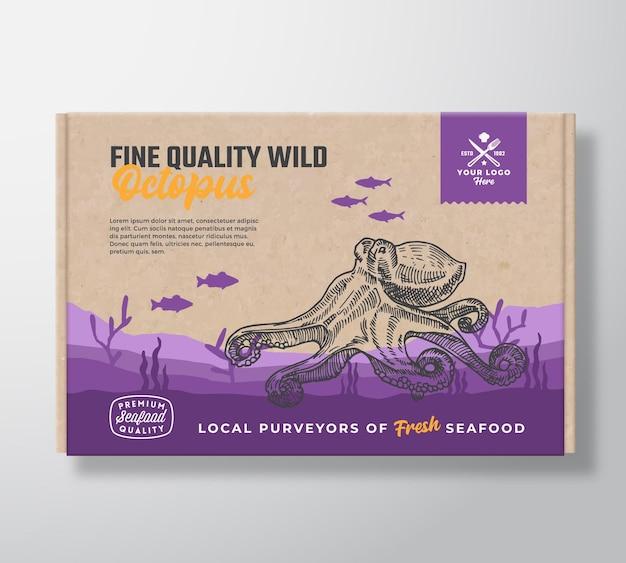 Картонная коробка для морепродуктов высокого качества. дизайн этикетки упаковки пищевых продуктов абстрактный вектор. современная типография и рисованные силуэты осьминога и рыб. макет фона ландшафта морского дна с баннером.