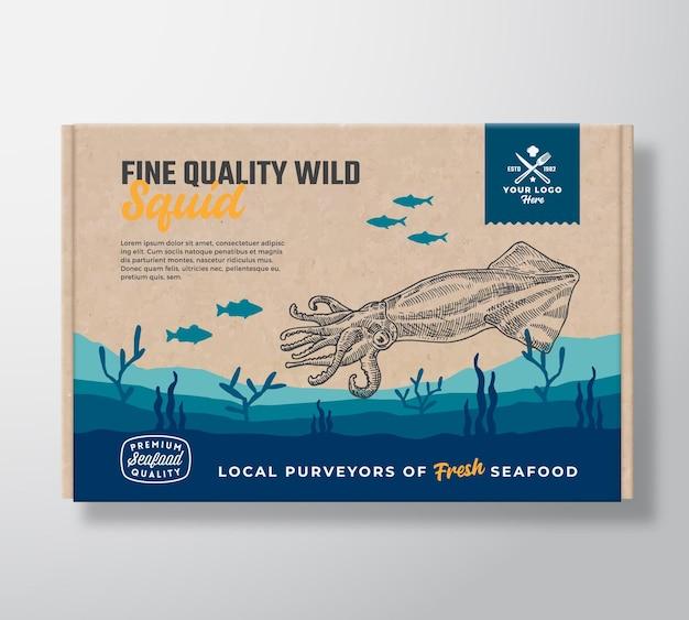 고급 해산물 골판지 상자. 추상적 인 벡터 식품 포장 라벨 디자인입니다. 현대 타이포그래피와 손으로 그린 오징어와 물고기 실루엣. 배너와 함께 바다 바닥 풍경 배경 레이아웃입니다.