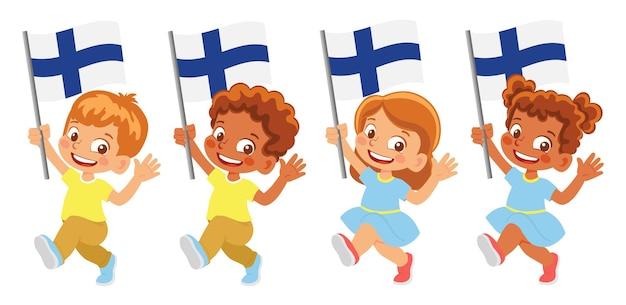 Флаг финляндии в руке. дети держат флаг. государственный флаг финляндии