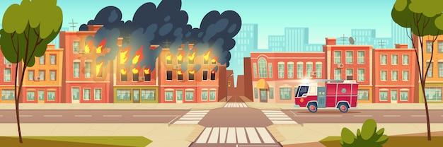 Fuoco nella casa di città e camion dei pompieri sulla strada cittadina