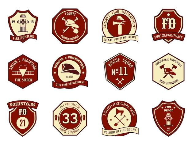 消防署のロゴとバッジのセット。シンボル保護、盾のエンブレム、斧と消防士、消火栓とヘルメット。