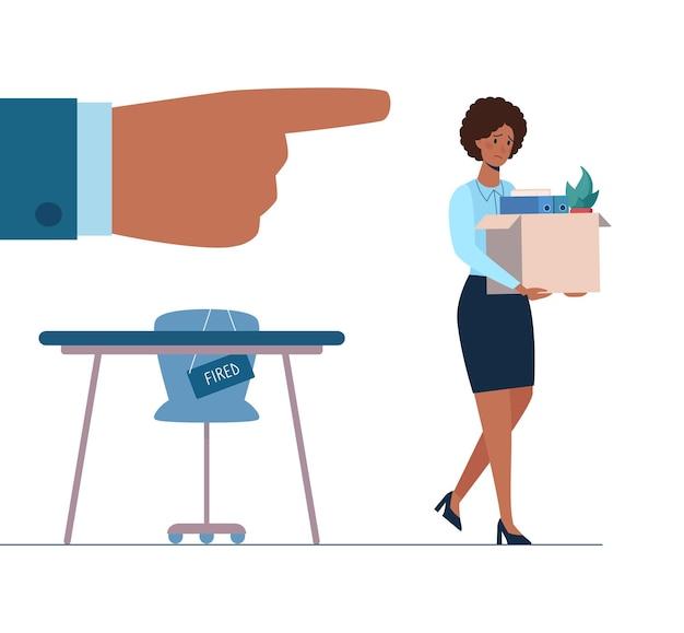 해고된 아프리카 여성이 상자를 손에 들고 사무실을 떠납니다.