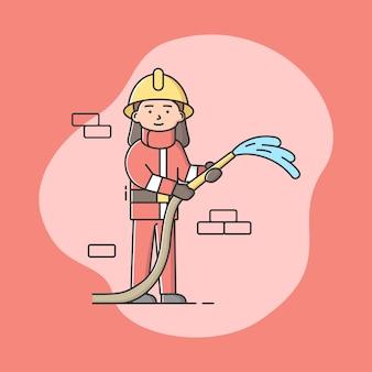 Пожарный в форме с пожарным шлангом. профессиональный рабочий. уверенный в себе человек в рабочей одежде.