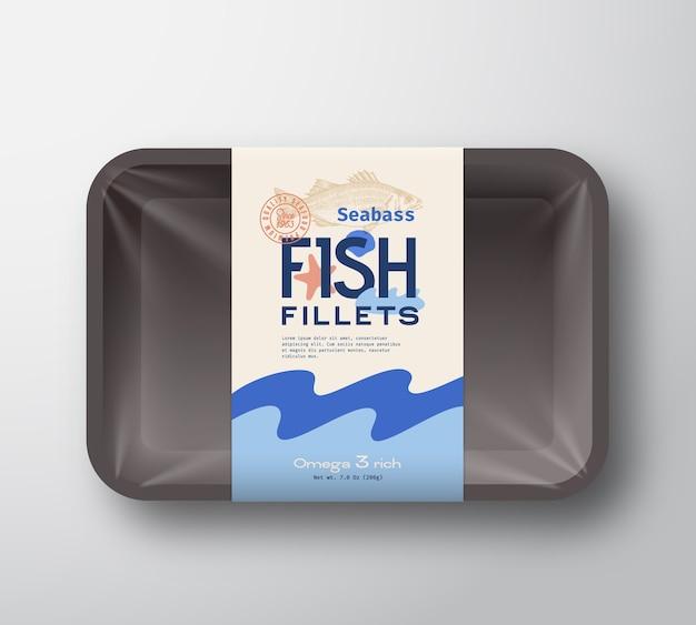 Пакет рыбного филе. абстрактный пластиковый лоток для рыбы с крышкой из целлофана. этикетка на упаковке.