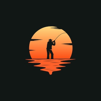 日没の背景を持つ漁師