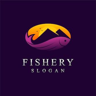 Логотип рыболовства с горной концепцией