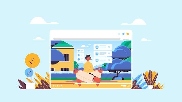 フィットネスブロガー座っているロータスポーズ記録オンラインビデオブログライブストリーミングブログコンセプト女の子vloggerウェブブラウザーウィンドウの横でヨガのエクササイズを行う