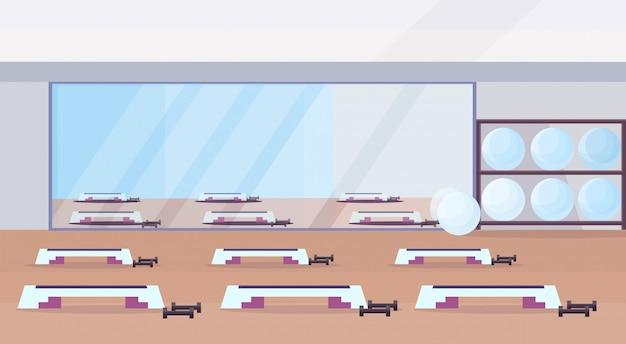 피트 니스 홀 스튜디오 운동 장비 건강 한 라이프 스타일 개념 빈 아니 맞는 체육관 훈련 단계 플랫폼 및 수평 거울 체육관 인테리어