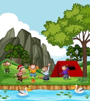 公園のシーンでジャンプする5匹の小猿