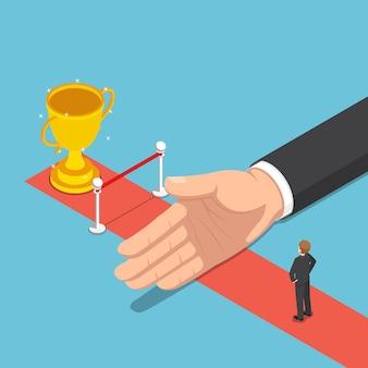 Плоская 3d изометрическая большая рука мешает бизнесмену от финиша и трофея. концепция препятствий для бизнеса и успеха.