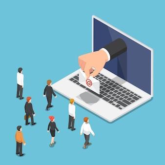 평평한 3d 아이소메트릭 사업가 손이 이메일 편지와 함께 노트북 모니터에서 나옵니다. 비즈니스 이메일 개념입니다.