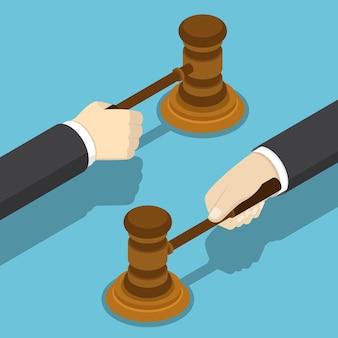 裁判官のガベルとフラット3dアイソメトリックビジネスマンの手。正義と法の概念。