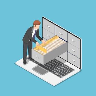 플랫 3d 아이소메트릭 사업가는 노트북 화면 내부의 캐비닛에 있는 문서 폴더를 관리합니다. 파일 및 데이터 관리 개념입니다.
