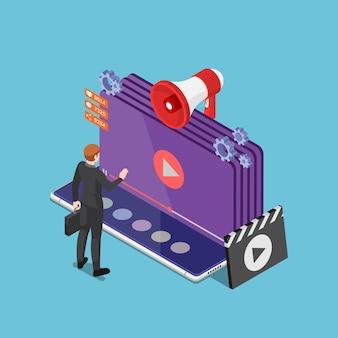 플랫 3d 아이소메트릭 사업가는 스마트폰에서 온라인 비디오 스트리밍을 재생합니다. 비디오 콘텐츠 마케팅 및 영화 스트리밍 서비스 개념.