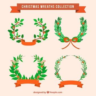 Плоские рождественские венки с зелеными листьями и красными лентами
