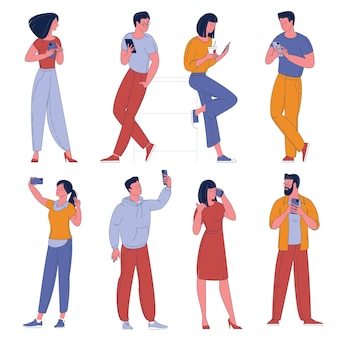스마트 폰으로 남자와 여자 캐릭터의 평면 디자인 모음. 휴대 전화 만화 캐릭터 흰색 배경에 고립 된 사람들.