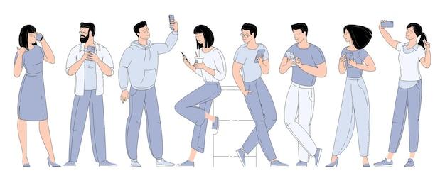 Плоский набор персонажей мужчины и женщины со смартфонами