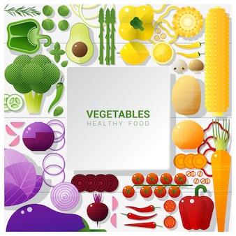 Плоские лежали свежие овощи на белом фоне стола, концепция здорового питания