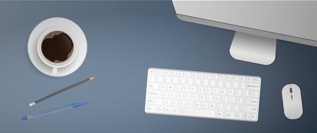 사무실 직장의 플랫 누워. 데스크탑 상단. 컴퓨터 모니터, 키보드, 컴퓨터 마우스, 커피 한잔, 펜, 연필. 현실적