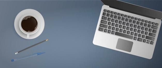 Плоская планировка офисного рабочего места. вид сверху рабочего стола. открытый ноутбук, чашка кофе, ручка, карандаш.