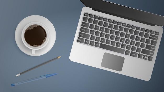 オフィスワークプレイスのフラットレイ。作業台の上面図。ノートパソコン、コーヒー、ペン、鉛筆を開きます。