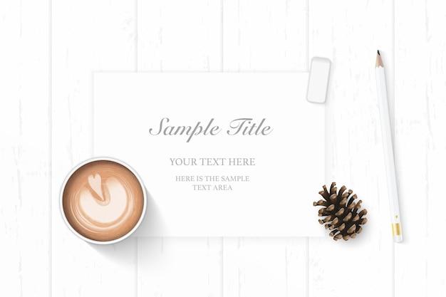 Плоские лежал вид сверху элегантный белый рождественский состав бумажный карандаш ластик сосновая шишка и кофе на деревянных фоне.