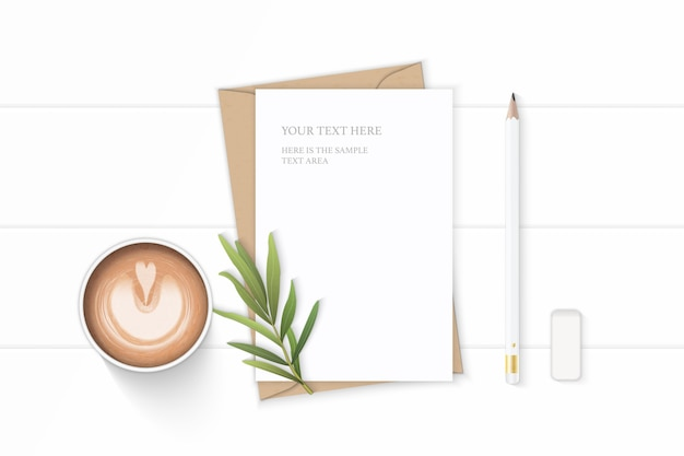 フラットレイトップビューエレガントな白い構成文字クラフト紙封筒コーヒー鉛筆タラゴンの葉と木製の背景に消しゴム。