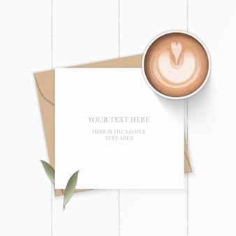 평면 위치 상위 뷰 우아한 흰색 구성 편지 크래프트 종이 봉투 자연 잎과 나무 배경에 커피.