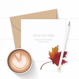 フラットレイトップビューエレガントな白い構成文字クラフト紙封筒鉛筆秋のカエデの葉と木製の背景にコーヒー。