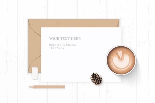 フラットレイトップビューエレガントな白いコンポジションレタークラフト紙封筒松ぼっくり鉛筆消しゴムと木製の背景にコーヒー。