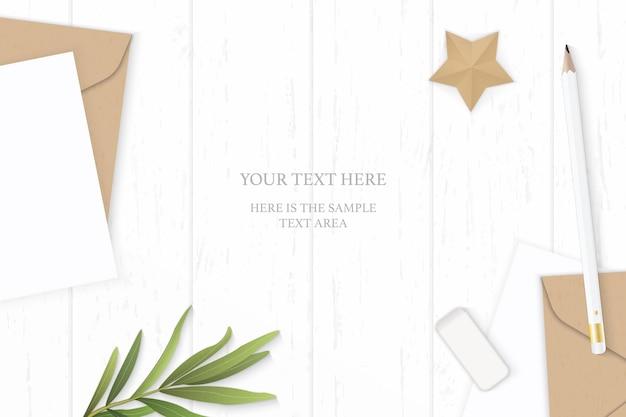 Плоский вид сверху элегантный белый состав письмо крафт-бумага конверт лист эстрагона карандаш ластик и корабль в форме звезды на деревянном фоне.