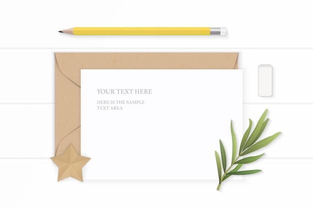 Плоский вид сверху элегантный белый состав письмо крафт-бумага конверт лист эстрагона желтый ластик карандаша и корабль в форме звезды на деревянном фоне.