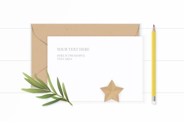 Плоские лежал вид сверху элегантный белый состав письмо бумаги крафт-конверт звезды форма ремесло эстрагон лист и желтый карандаш на деревянном фоне.