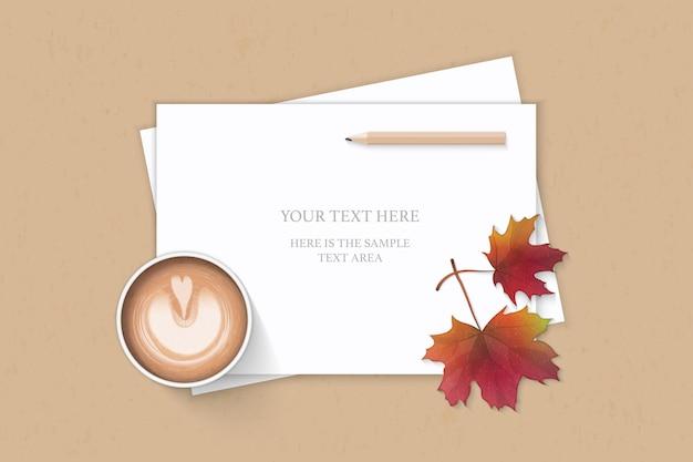 フラットレイトップビューエレガントな白い構成紙秋のカエデの葉の鉛筆とクラフトの背景にコーヒー。